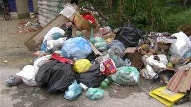 Crise financeira da prefeitura do Rio afeta a coleta de lixo na Zona Oeste - Moradores da Zona Oeste sofrem com a falta de coleta de lixo. A empresa Colares parou com o recolhimento dos lixos por conta da falta de pagamentos.