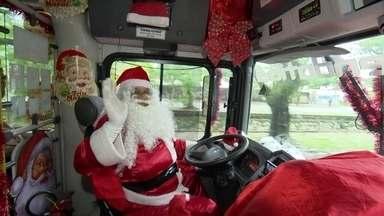 Natal sobre duas rodas faz a alegria em Niterói - Motorista e cobradora de ônibus distribuem solidariedade a crianças e adultos
