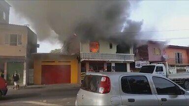 Incêndio destrói parte de uma casa na Zona Centro-Sul de Manaus - Causas são desconhecidas.