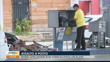 Bandidos usaram caminhão do lixo roubado pra arrancar cofre de posto - Assalto na Capital.
