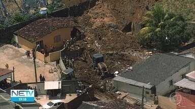 Barreira desliza e deixa sete mortos e três feridos no Recife - Tragédia aconteceu no bairro de Dois Unidos.