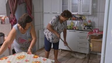 Moradores de São Roque fazem limpeza nas casas após temporal - A forte chuva que atingiu a cidade causou muitos prejuízos aos moradores, que promoveram uma limpeza nas casas nesta terça-feira (24). Muitos perderam tudo o que tinham.