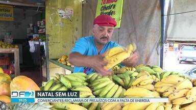 Comerciantes de Taguatinga e Ceilândia ficam no escuro na véspera de Natal - Eles reclamam dos prejuízos com produtos estragados, encomendas canceladas e clientes insatisfeitos.