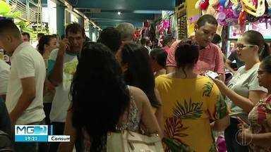 Consumidores de Montes Claros deixam compras para última hora - Centro funciona em horário especial na véspera de Natal.