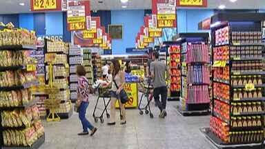 Supermercados de Mogi das Cruzes ficam lotados horas antes da ceia de Natal - Clientes deixaram para comprar os produtos em cima da hora.