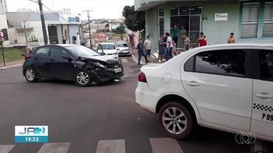 Táxi atinge muro de casa após bater com outro carro em cruzamento - Táxi atinge muro de casa após bater com outro carro em cruzamento