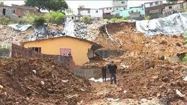 Deslizamento de morro atinge casas e mata 7 pessoas no Recife - Acidente ocorreu na madrugada desta terça (24) e atingiu duas casas de uma mesma família. A suspeita é de que uma tubulação tenha se rompido e causado o deslizamento.