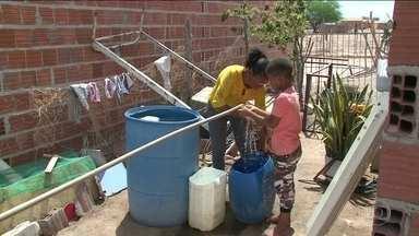 Voluntários levam água a municípios em situação de emergência em Pernambuco - ONG conseguiu arrecadar dinheiro para contratar cem caminhões-pipa, que seguiram para comunidades rurais de quatro municípios da região.