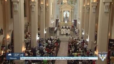 Fiéis participam da Missa do Galo na Igreja do Sagrado Coração de Maria, em Santos - Missa tem significado importante aos católicos.