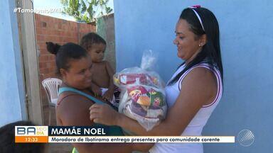 Mulher entrega presentes para comunidade carente na cidade de Ibotirama, no oeste da Bahia - Moradora se tornou 'Mamãe Noel' e fez a felicidade da garotada.
