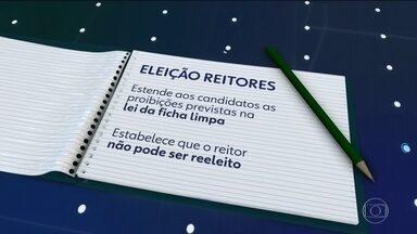 Bolsonaro edita MP que altera regras para a escolha de reitores de universidades federais - Professores e reitores dizem que a comunidade universitária não foi consultada sobre as mudanças. A medida provisória foi publicada na véspera do Natal.
