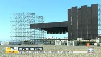 Começam os preparativos para as festas de Réveillon no Rio - A prefeitura do Rio esperara que o número de público supere a do ano passado. O palco começa a ser montado para a festa da virada.
