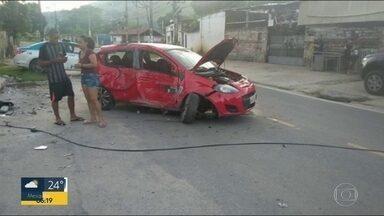 Veículo destruído obstrui rua de Senador Vasconcelos - Carro destruído obstrui Avenida Joaquim Magalhães.