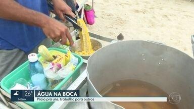 Trabalhadores aproveitam praia e tempo bom para ganhar dinheiro com vendas - Comerciantes circulam pela areia das praias do Rio e trabalham duro durante a temporada de festas.