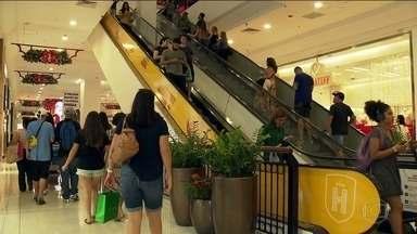 Vendas crescem 9,5% e lojas de shoppings têm o melhor Natal desde 2014 - Nesta quinta (26), foi dia de corredores cheios de clientes em busca de trocas. Mesmo assim, lojistas estão comemorando.