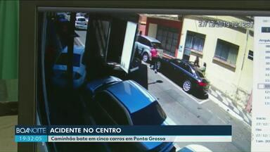Veja imagens de um acidente no centro de Ponta Grossa - Um caminhão bateu em três carros e o trânsito ficou prejudicado.