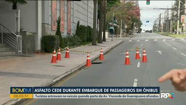 Buraco se abre em pista da Av. Visconde de Guarapuava e interdita parte da via - Entre as ruas Brigadeiro Franco e Desembargador Motta o trânsito está totalmente interditado na pista da esquerda.