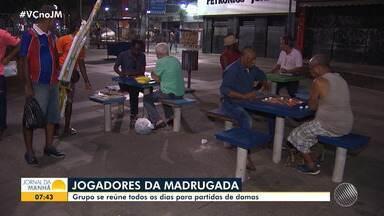Jogadores da madrugada: grupo se reúne para jogar Damas durante a noite em Salvador - Eles se reúnem todos os dias na praça do Relógio de São Pedro. A movimentação alivia quem precisa passar pelo local tarde da noite.