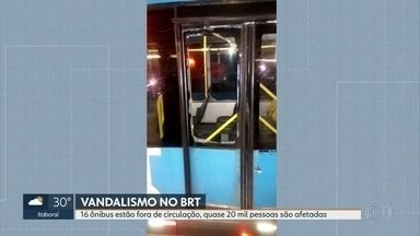 Vandalismo no BRT: 16 ônibus estão fora de circulação, quase 20 mil pessoas são afetadas - O consórcio diz que quase vinte mil pessoas vão ser afetadas, por dia, até que os ônibus sejam consertados.