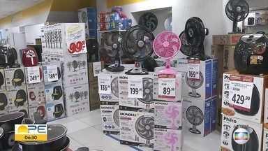 Liquidação de rede de lojas atrai multidão desde a madrugada - Consumidores madrugaram na fila para garantir os produtos na primeira sexta-feira do ano.
