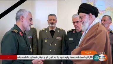 Aiatolá Khamenei promete vingança após ataque dos EUA - O líder supremo do Irã declarou luto de três dias e disse que virá o que chamou de uma dura vingança. O preço do petróleo começou a subir no mercado internacional.