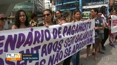 Servidores da área de educação de Caxias protestam contra salários atrasados - Ativos e inativos da área de educação de Caxias estão com salários atrasados. Até agora, os servidores não receberam o salário de novembro e o décimo terceiro.