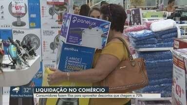 Rede varejista faz liquidação com descontos de até 70% em Ribeirão Preto - Consumidores fazem filas para aproveitar a queima de estoque.