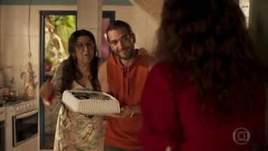 Sandro surpreende Lurdes com presente - Érica fica sem jeito ao encontrar o rapaz na casa de sua mãe