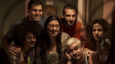 Lurdes comemora sua felicidade ao lado dos filhos - Érica se preocupa com a mãe