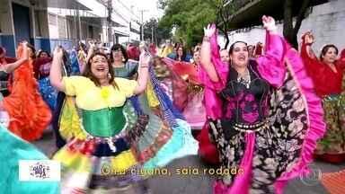 Escola de samba Pérola Negra, agora no Grupo Especial, vai homenagear comunidade cigana - Este ano, a escola de samba Pérola Negra, campeã do Grupo de Acesso, vai prestar homenagem à comunidade cigana. O desfile terá 2.100 componentes divididos em 23 alas.