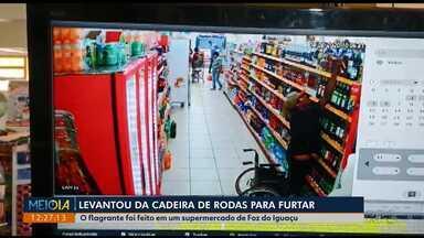 Homem em cadeira de rodas se levanta para furtar bebida - Situação foi registrada por uma câmera de segurança de um supermercado de Foz do Iguaçu.