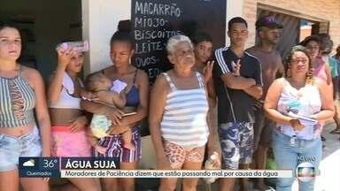 Moradores de Paciência dizem que passam mal por causa forte cheiro da água - Moradores de diferentes bairros do Rio e da Baixada Fluminense reclamam que há dias a água que sai das torneiras está suja e com forte cheiro.