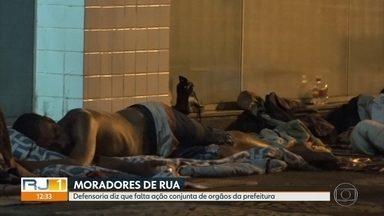 Com a chegada do verão, aumenta número de moradores de rua na orla - A cena é comum nesta época do ano em bairros de grande movimento, como Copacabana. E em alguns trechos pode virar ponto de drogas.