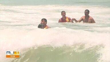 Calor lota as praias do Rio e bombeiros fazem salvamento em Copacabana - Há aviso de alerta para os banhistas.