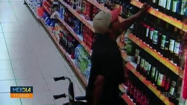 Homem se levanta da cadeira de rodas pra furtar - Polícia vai usar as imagens do supermercado para tentar identificar o homem.