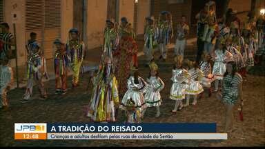 Tradição do Reisado no interior da Paraíba - Crianças e adultos desfilam pelas ruas de Poço de José de Moura.