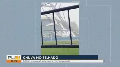 Estádio Moacyrzão, em Macaé, RJ, sofre danos com tempestade - Parte da cobertura não resistiu a tempestade e cedeu.