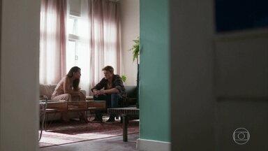 Leila sugere que Filipe dê uma surra em Rui - A jovem tenta animar o namorado, mas aproveita para afinetá-lo contra o aliado