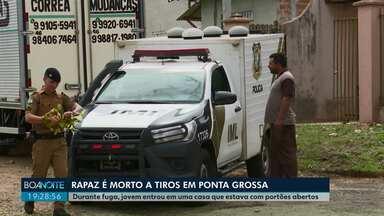 Jovem é assassinado a tiros de espingarda e pistola, em Ponta Grossa - Ele tentou fugir dos assassinos e se esconder em uma casa que estava de portões abertos, mas foi executado lá dentro. Família estava entrando com a mudança na casa.