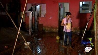 Chuva forte provoca alagamentos em bairros de Itapetininga - A chuva forte provocou alagamentos em bairros de Itapetininga nesta terça-feira (7).