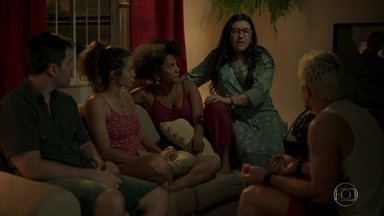 Lurdes conta verdade sobre Sandro para a Família - Lurdes diz que Kátia mentiu sobre Sandro ser seu filho