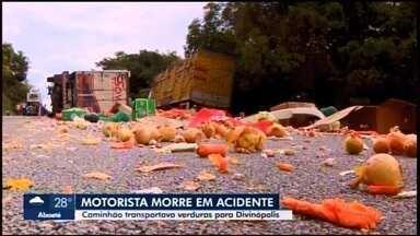Trânsito na MG-050 é liberado após colisão entre caminhões em São Sebastião do Oeste - Corpo de um dos motoristas ficou preso às ferragens; ele morreu no local.