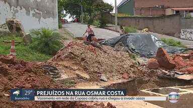 Abastecimento de água no bairro Heliópolis é normalizado após rompimento de adutora - Tubulação se rompeu e a Rua Osmar Costa virou 'rio'. Casas foram alagadas nesta terça (7).