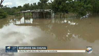 Cinco cidades da região de Campinas entram em estado de atenção após temporal - Rio Capivari em Monte Mor (SP) transbordou e invadiu ruas da região central do município.