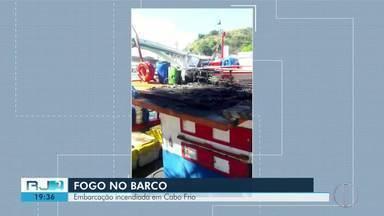 Embarcação pega fogo em Cabo Frio , no RJ - Incêndio no barco aconteceu na madrugada de hoje (7).