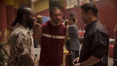 Raul conhece Marconi - Sandro e o pai participam de um churrasco de Farula