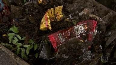 Descarte irregular de lixo entope bueiros e agrava enchentes em capitais - Em Belo Horizonte, o descarte irregular de lixo provocou o entupimento de 44 quilômetros de tubulação na cidade.