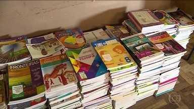 Ministério da Educação planeja descartar 2,9 milhões de livros didáticos nunca usados - Livros, que nunca chegaram às escolas, teriam custado aos cofres públicos perto de R$ 20 milhões e continuariam dando despesa, pelo armazenamento, segundo reportagem de O Estado de S.Paulo.