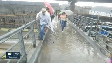 Alagamento dificulta travessia de pedestres em uma passarela na Avenida Brasil - As imagens foram cedidas pelo jornalista Robson Machado e mostra um senhor com bengala passando com dificuldade pela passarela.
