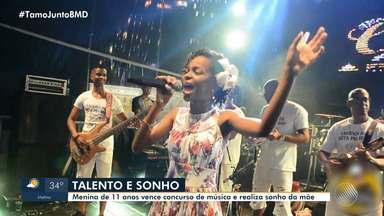 Menina de 11 anos vence concurso de música e realiza sonho da mãe - Confira o talento da criança.